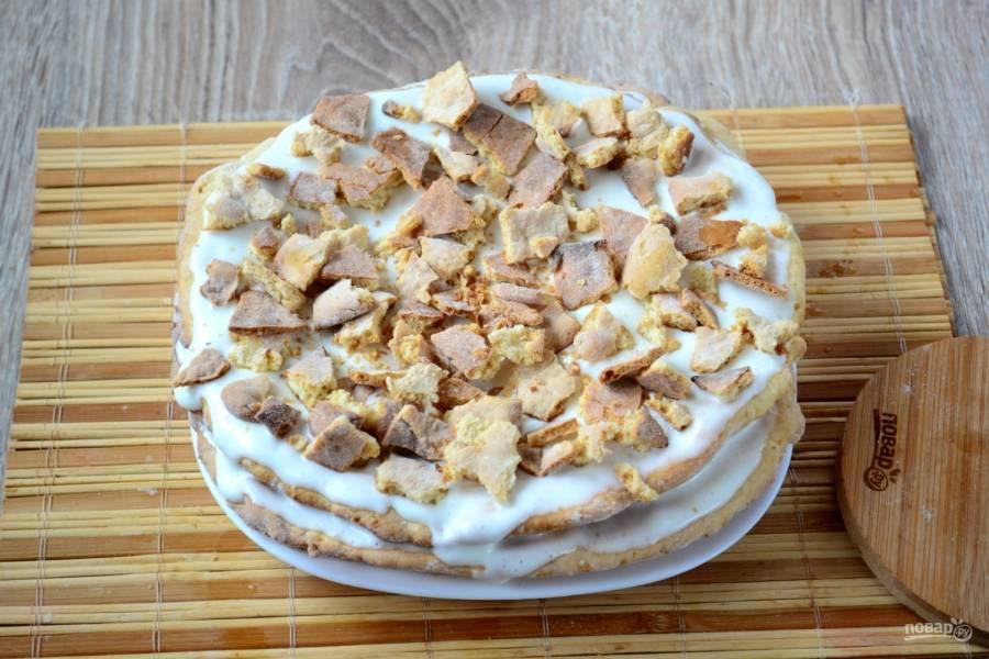 Маленький корж разломайте на кусочки и выложите сверху. Оставьте торт минимум на 2 часа, чтобы коржи хорошо пропитались и отмякли.