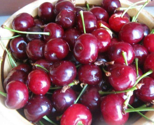 2. Тщательно моем ягоды и убираем хвосты. Подпорченные вишни также нужно убрать.