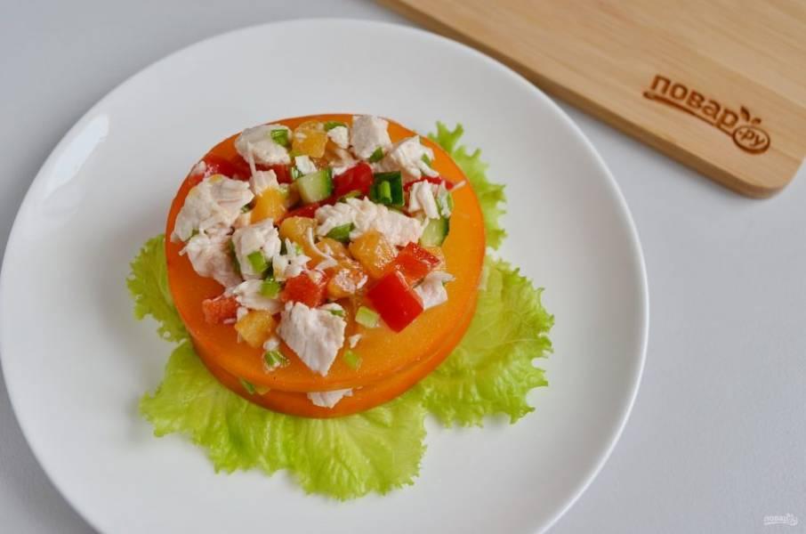На салат дольку хурмы, потом снова салат.