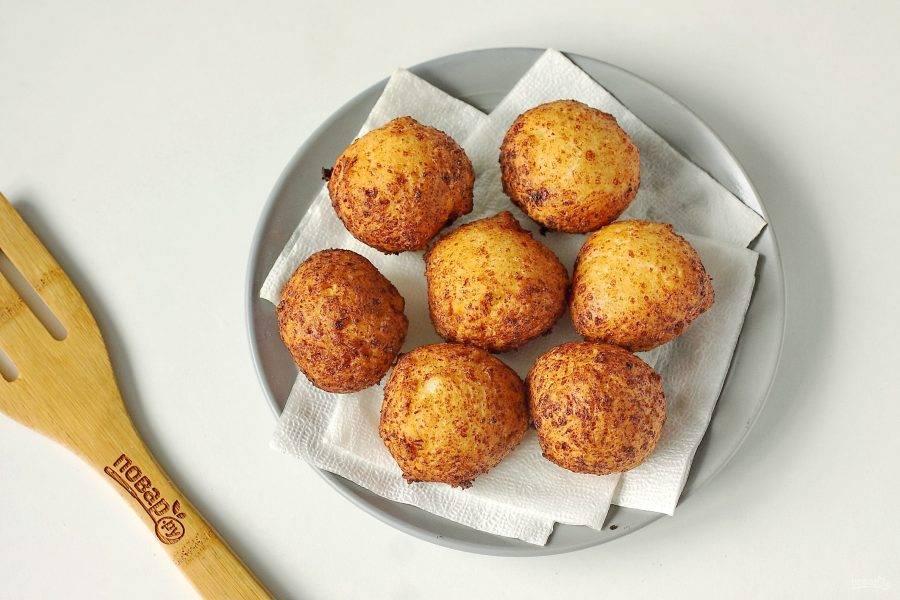 Обжаривайте творожные шарики примерно по 2-3 минуты с каждой стороны, после чего выкладывайте на тарелку застеленную бумажным полотенцем.