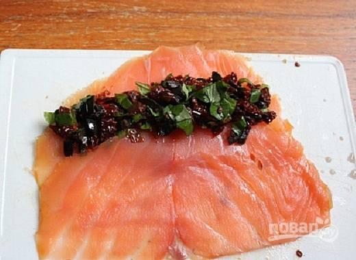 Для начинки смешаем оливки, помидоры и базилик. Выкладываем начинку на пласт рыбы, на один край.