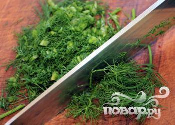 2.Мелко порезать зелень укропа и отложить ее в отдельное блюдце.