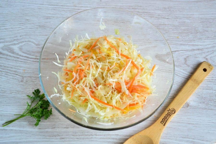 Перемешайте капусту, слишком сильно прижимать руками, как обычную капусту, не надо. Поставьте капусту в холодильник на ночь. На следующий день уже можно кушать.