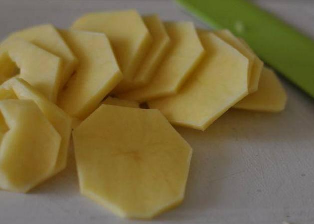 Сперва чистим картофель и нарезаем его на пластинки потоньше.