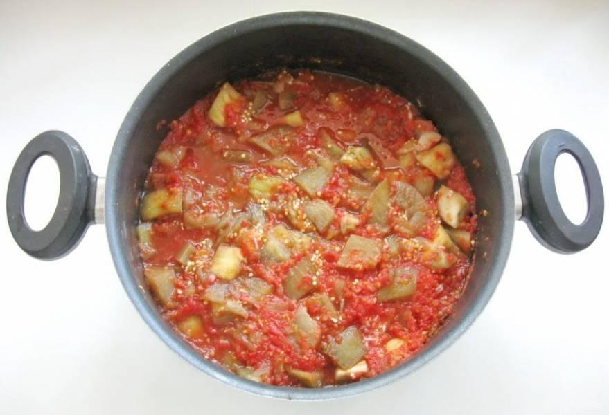Влейте томат в баклажаны. Всыпьте сахар, соль и проварите закуску еще 5 минут. Затем влейте уксус. Попробуйте на вкус, и если не хватает, добавьте соли или сахара.