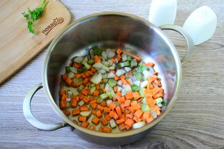 В небольшую толстодонную кастрюлю налейте растительного масла, отправьте в него овощи и немного обжарьте.