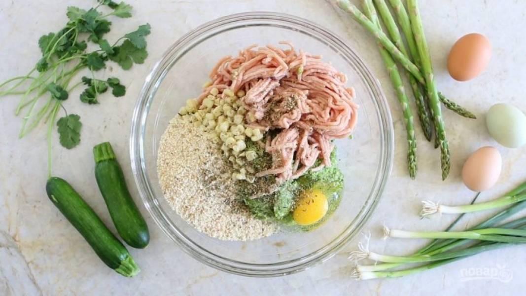 4. В отдельной посуде перемешайте кукурузу с орегано, яйцом, сухарями, солью и фаршем.