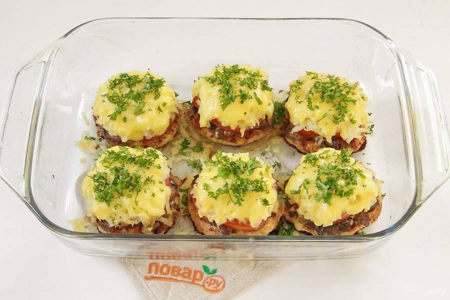 Перед подачей посыпьте блюдо свежей зеленью. Куриные котлеты по-креольски готовы.