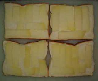 На куски хлеба выложить сыр.