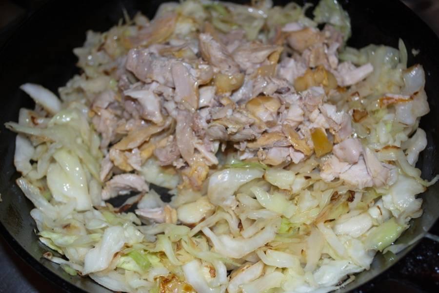 В самом конце жарки посолите и поперчите. Нарежьте отварное куриное мясо. Добавьте к капусте.