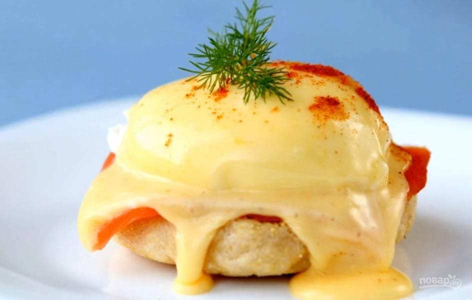 5.Для основы разрежьте наполовину и поджарьте английские маффины, положите сверху соленую семгу и яйцо-пашот. Полейте голландским соусом, украсьте красным перцем и укропом. Приятного аппетита!