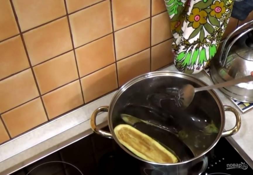 2. Промойте баклажаны под проточной водой и опустите в воду. Доведите ко кипения и варите ровно 3 минуты.