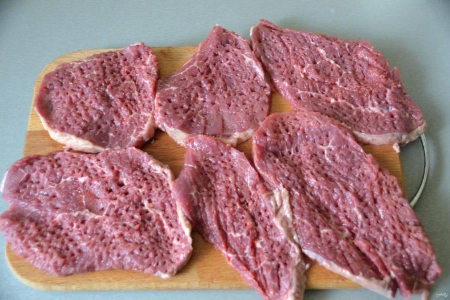 Нарежьте тонкие кусочки мяса, толщиной 0,5-0,7 см. Слегка отбейте.