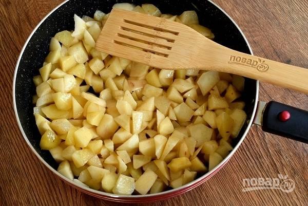 Духовку включите на 180 °C. В разогретое масло добавьте кумин, сушеный чеснок, паприку. Картофель обжарьте в течение 5 минут до полуготовности, периодически помешивая. Выложите в форму для запекания.