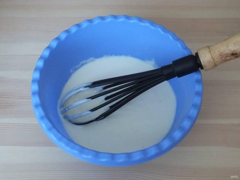 Сделайте крем. Смешайте сметану со сгущенным молоком и цедрой лимона.