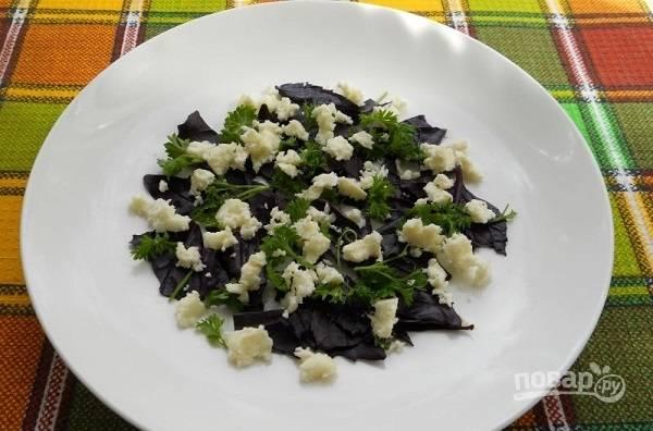 3. Мелко нарежьте или накрошите (в случае с мягким сыром) немного сыра.