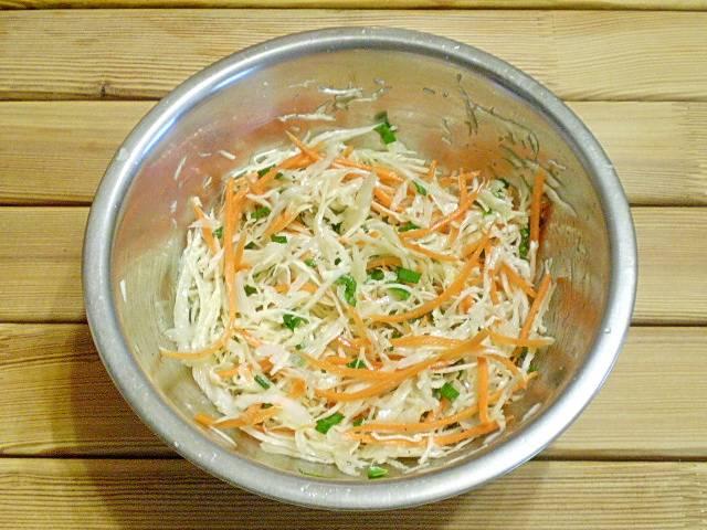 5. Заправляем салат перцем молотым и оливковым маслом. Подаем к столу свежеприготовленным. Приятного аппетита!