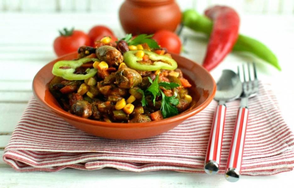 Сервируйте рагу горячим, добавив ярких острых перцев и свежих помидоров, зелени и кукурузных лепешек, чтобы было как в Мексике!