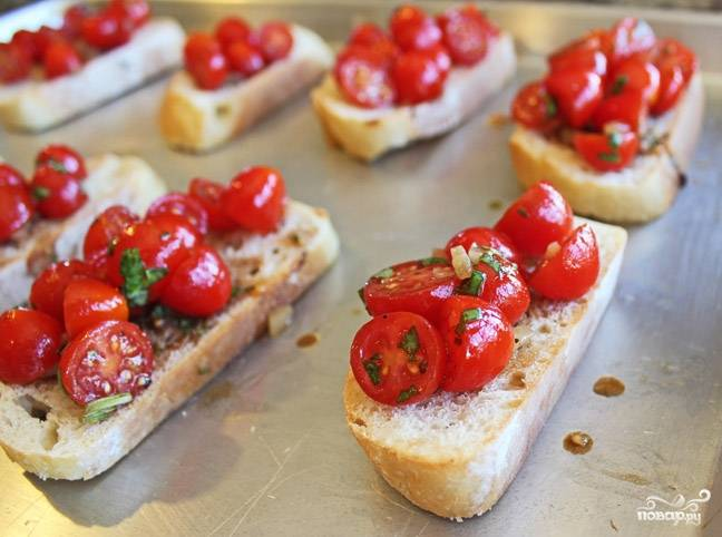 Посолите и поперчите по вкусу. Выложите начинку на ломтики хлеба.