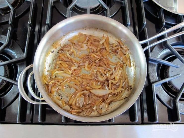 Лук порежьте четвертькольцами и отправьте на сухую сковороду. Он должен стать коричневым. Затем влейте 30 мл воды, выпарите ее, добавьте немножко масла и соль. Готовьте 5 минут. Должен получиться лучок красивого коричневого цвета.