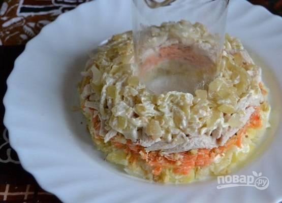 Теперь слой обжаренного лука, а затем слой измельченных яиц. Смазываем.