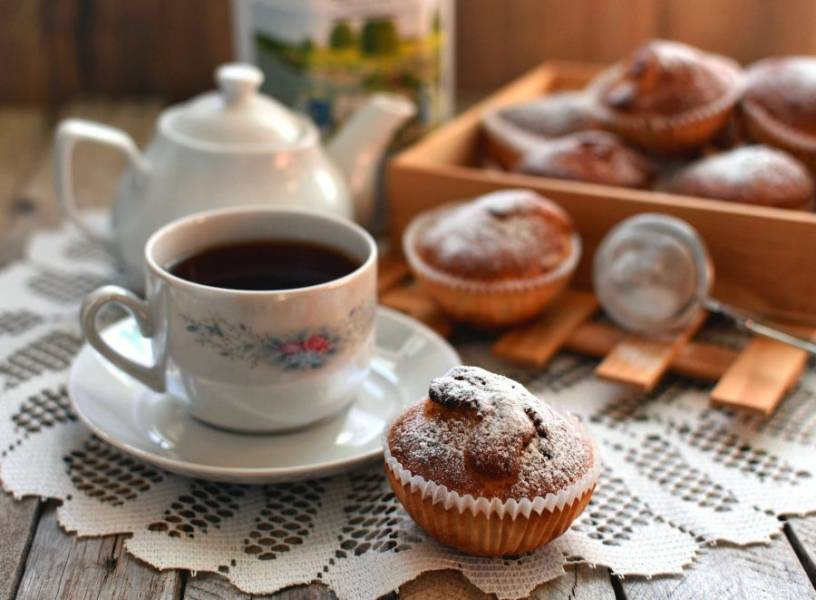Готовые кексы остудите и при подаче присыпьте сахарной пудрой.