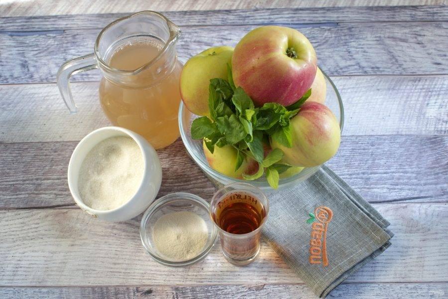 Подготовьте продукты. Яблоки и мяту вымойте.