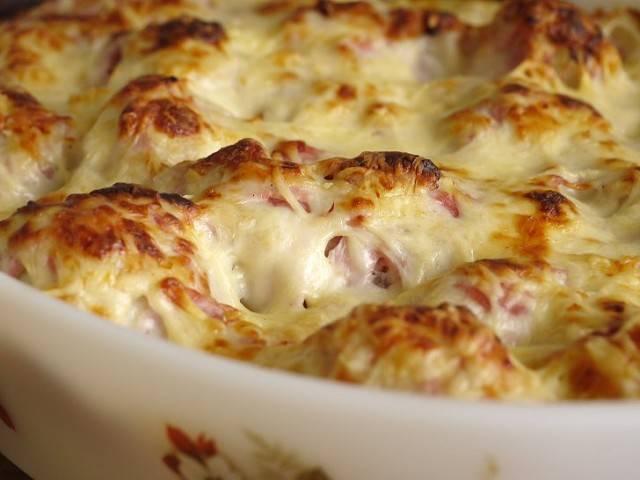6. Запекаем капусту с мясом около 25-30 минут, после чего подаем к столу. Получается блюдо в виде запеканки.