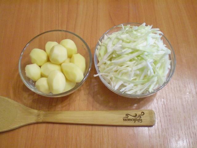 Нашинкуйте тонко капусту, очистите и мелко порежьте картофель.
