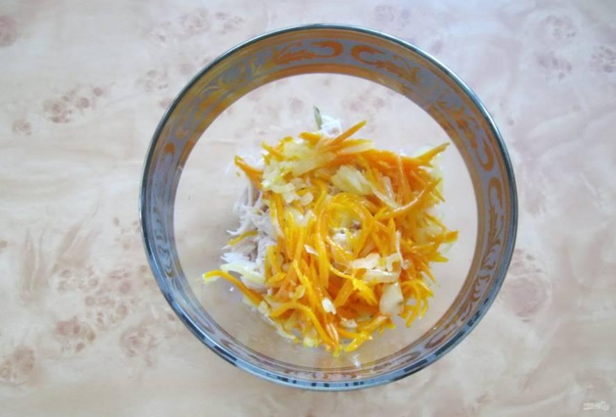 Добавьте в салат тушеную морковь с луком.