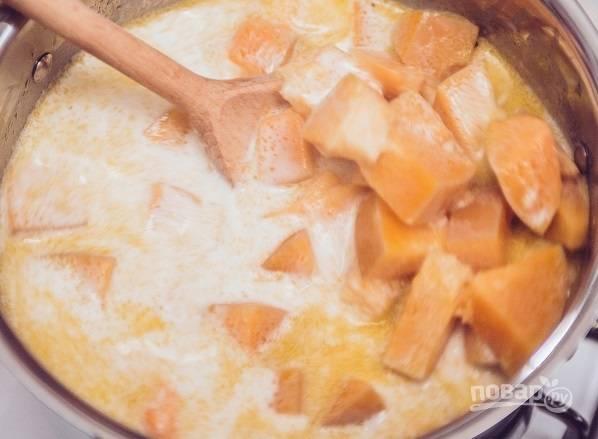 3. В процессе добавьте соль и специи. Влейте сливки.