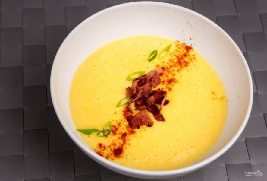 4. Подавайте сырный суп горячим, украсив его зеленью и поджаренным беконом. Приятного аппетита!