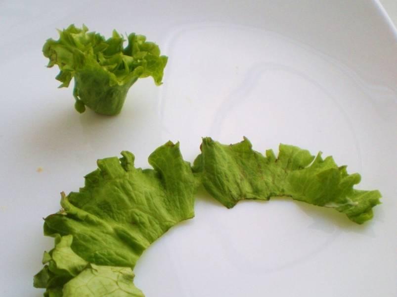 Обрываем верхнюю часть салата, скручиваем ее также как семгу. Устанавливаем на бутербродики.