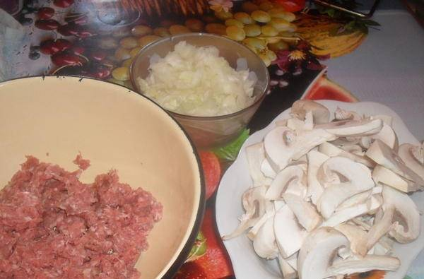 Грибы промываем и нарезаем. Мякоть от кабачков отделите от семян и выложите в тарелку.