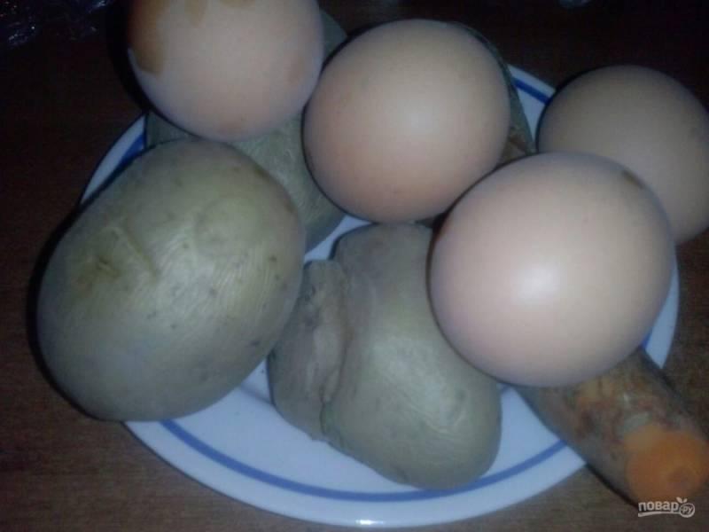 2. Заранее отварите и остудите овощи (картофель, морковь и свеклу), а также яйца.