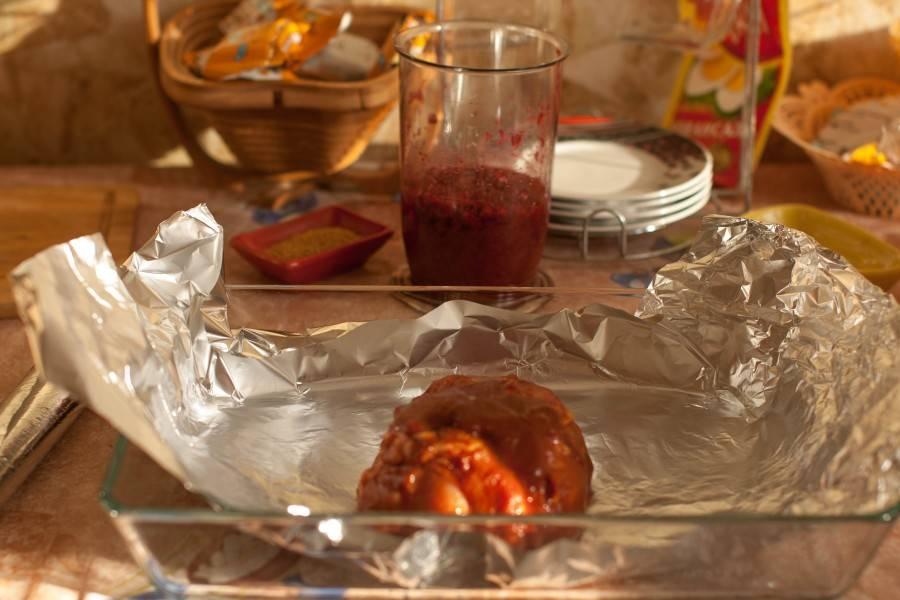 Спустя два часа заверните мясо в фольгу плотнее и отправьте в разогретую до 200 градусов духовку на 40 минут.