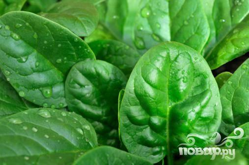 1. На блюде равномерно расположить листья шпината как основу будущего салата.