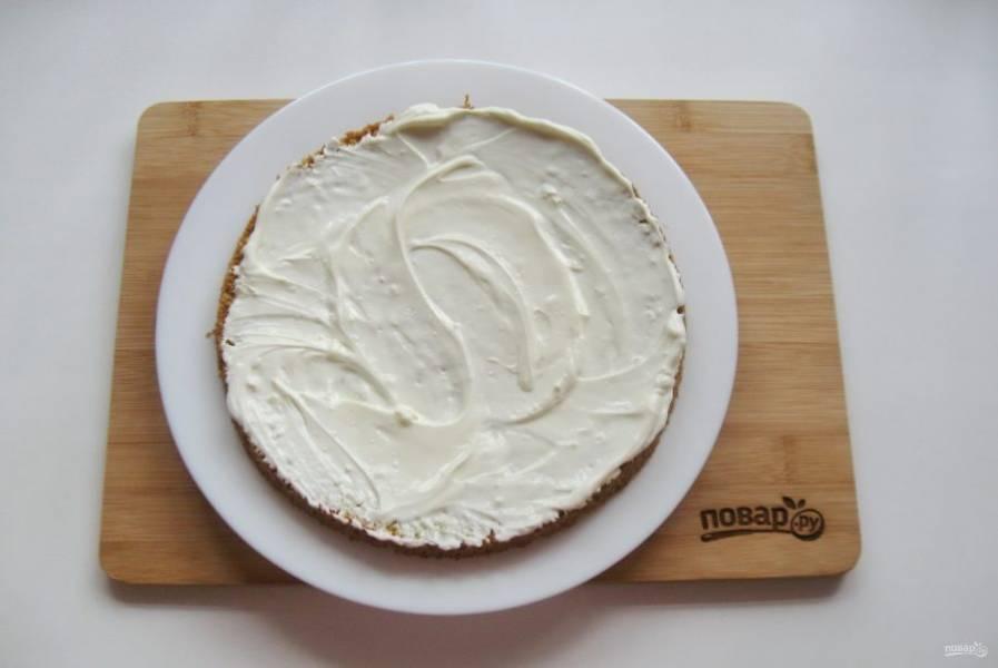 Остывший корж разрежьте на три части. Получится три коржа. Каждый смажьте кремом и посыпьте измельченными грецкими орехами, которые нужно предварительно поджарить на сковороде или прокалить в духовке.