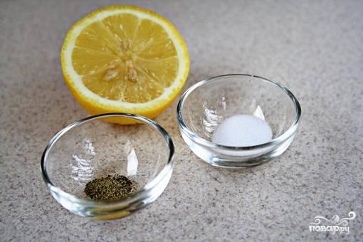 Выдавить сок из половинки лимона и смешать его с солью, перцем и растительным маслом.