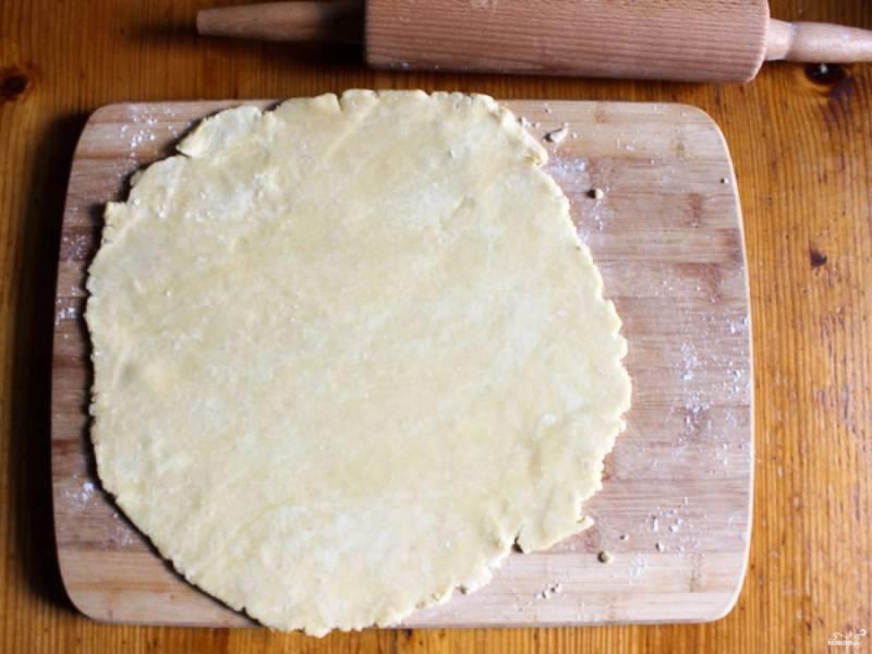1. Рецепт прстой до безобразия - разморозим и раскатаем тесто в пласт толщиной примерно в 3-5 мм. Не старайтесь делать слишком тонко - пирог должен выдержать вес яблок.