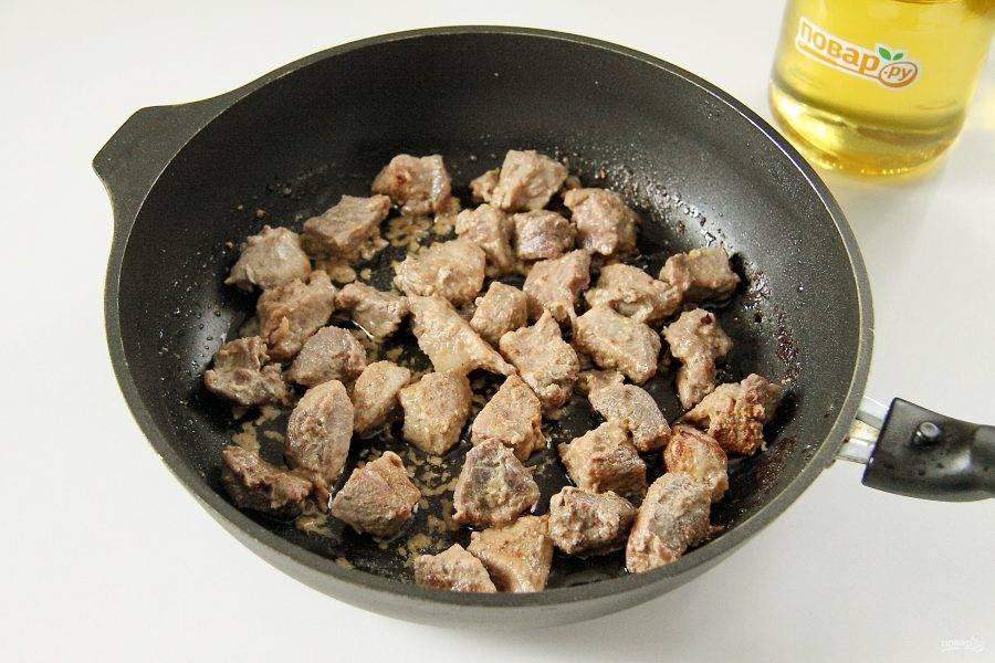 Мясо посолите и обжарьте на среднем огне до испарения жидкости и появления легкой румяной корочки сверху.