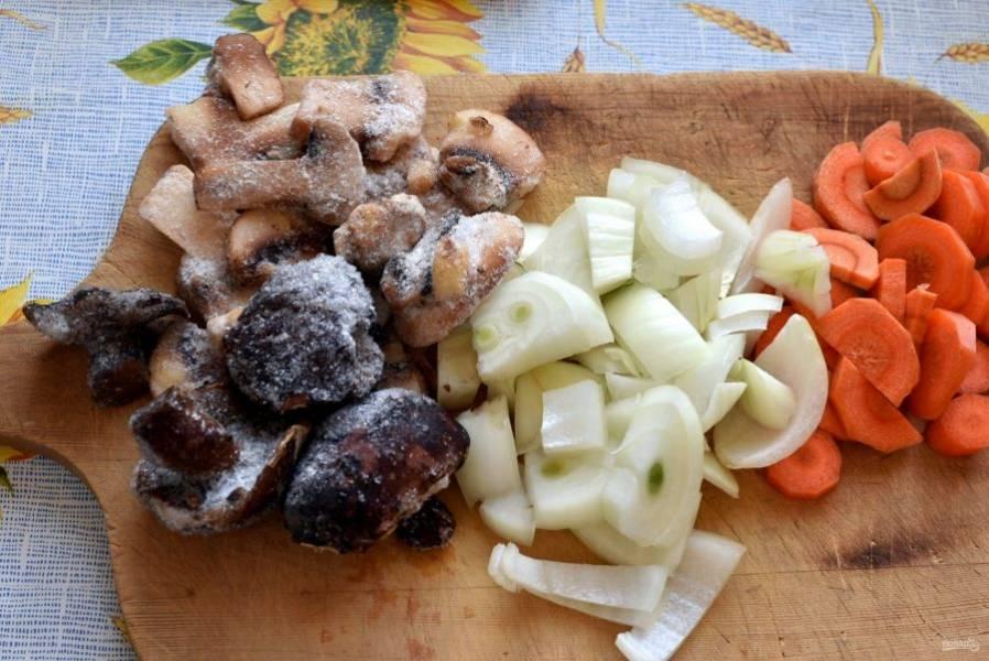 Подготовьте овощи и грибы.   Нарежьте  грибы, лук и морковь не тонкими ломтиками.