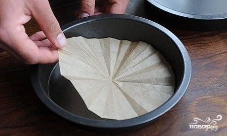 Для запекания коржей возьмите два одинаковых противня небольших размеров. На дно по диаметру застелите пергамент для выпекания.