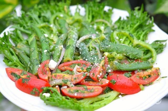 9.Подаю салат порционно: выкладываю на плоскую тарелку листья салата, затем отварную фасоль, а рядом смесь из перца, лука, петрушки и томатов. Поливаю все приготовленной ранее заправкой, посыпаю тертым пармезаном.
