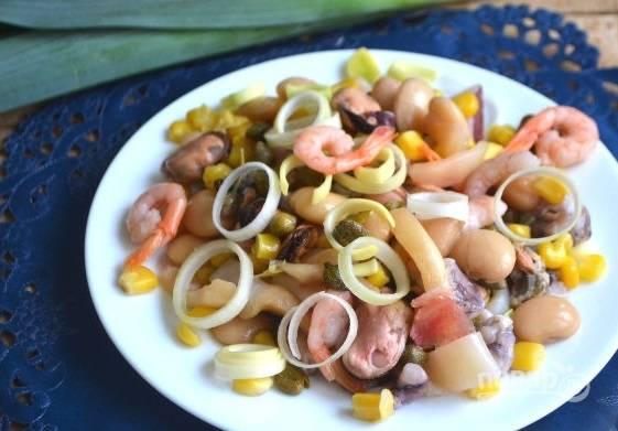 6. Осталось только добавить по вкусу соль, перец и полить оливковым маслом. Вот и все, аппетитный салатик можно подавать к столу.