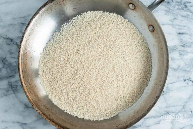 3.Как только поставили картошку в духовку, приступайте к рыбе. Сухую сковороду отправьте на огонь, добавьте в нее панировочные сухари.