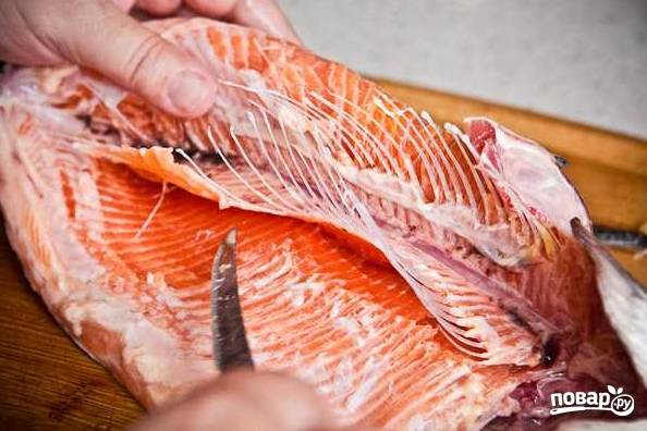 2. После необходимо удалить хребет и косточки, стараясь не нарушить целостность рыбки.