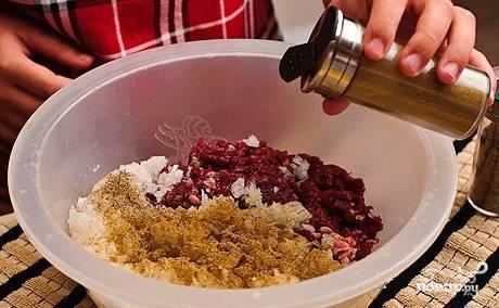 Продолжайте делать фарш. В эту смесь добавьте тмин, соль, перец, как следует перемешайте.