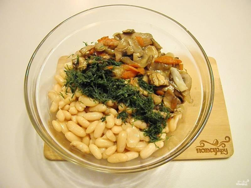Возьмите глубокий салатник, сложите туда фасоль, грибы, лук, морковь, укроп. Полейте жиром от жаренья овощей, откорректируйте на соль.