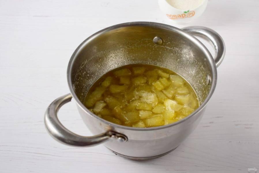 Утром доведите до кипения, варите в течение 5-7 минут. Вечером повторите процедуру. В конце варки добавьте лимонный сок.